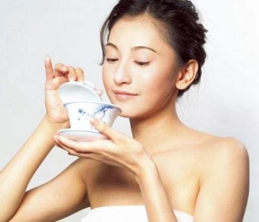 Trà xanh cũng là một thuốc lợi tiểu và giúp làm giảm khả năng tích nước.