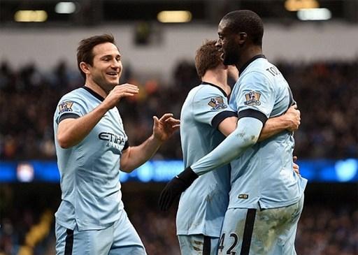 Niềm vui của các cầu thủ Man City khi Toure (phải) ghi bàn ấn định. Ảnh: AP.