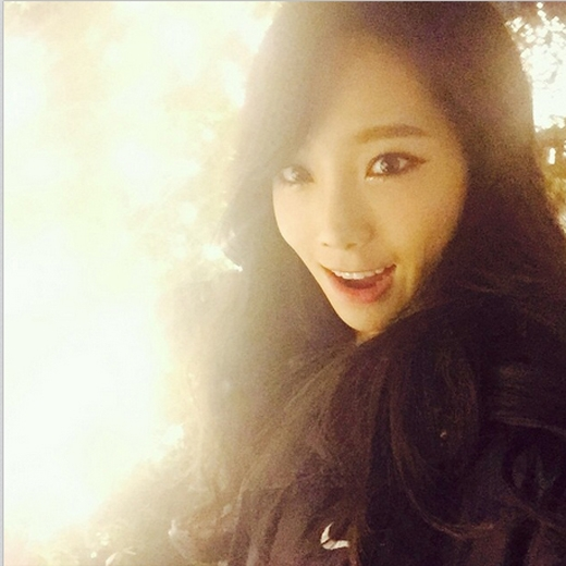 Taeyeon thích thú khi được trước cửa trụ sở công ty đã được trang trí giáng sinh cùng những bóng đèn cực đẹp.