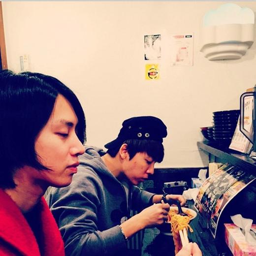 Heechul khoe hình đang ngồi ăn mì cùng Donghae. Trong khi Donghae đang mải ăn thì Heechul chần chừ và ngẫm nghĩ gì đó.