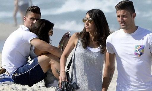 Tiền đạo Giroud có kỳ nghỉ đáng nhớ cùng bà xã Jennifer ở hè vừa qua sau khi tham dự World Cup 2014.