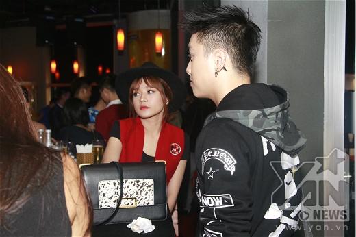 Lúc đầu, Chi Pu ngồi trò chuyện cùng VJ Ngọc Trai, trông cô nàng có vẻ hơi buồn. - Tin sao Viet - Tin tuc sao Viet - Scandal sao Viet - Tin tuc cua Sao - Tin cua Sao