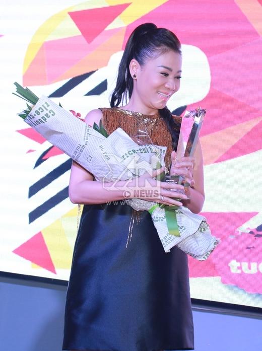 Thu Minh hạnh phúc lên nhận giải thưởng Nghệ sĩ toàn mỹ của năm 2014. - Tin sao Viet - Tin tuc sao Viet - Scandal sao Viet - Tin tuc cua Sao - Tin cua Sao