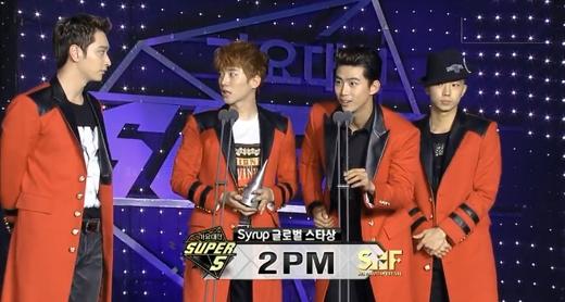 2PM vinh dự nhận được giải thưởng Ngôi sao vàng (Golden Star)