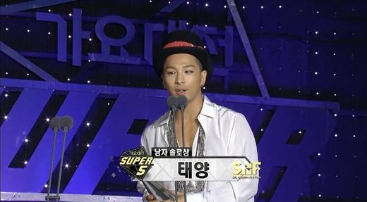 Taeyangnhận được giải thưởng Nam nghệ sỹ xuất sắc nhất (Best Solo Male)