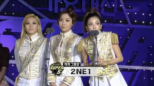 2NE1 nhận được giải thưởng Nhóm nhạc nữ xuất sắc nhất (Best Female Group)