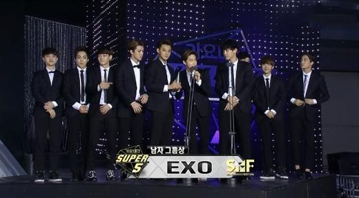 EXO nhận được giải thưởng Nhóm nhạc nam xuất sắc nhất (Best Male Group)