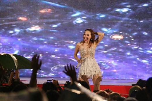 'Mỹ nhân của năm' đã khiến khán giả cuồng nhiệt theo các ca khúc của cô dù trời đang mưa rất to. - Tin sao Viet - Tin tuc sao Viet - Scandal sao Viet - Tin tuc cua Sao - Tin cua Sao