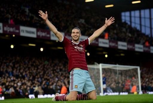 Tiền đạo Andy Carroll của West Ham ăn mừng khi ghi bàn mở tỷ số vào lưới Leicester City trên sân Boleyn Ground.