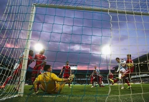 Tiền đạo Charlie Austin ghi bàn thắng thứ 2 trong chiến thắng 3-2 của QPR trước West Brom. Ở trận này, Austin ghi cả 3 bàn cho đội chủ sân Loftus Road.