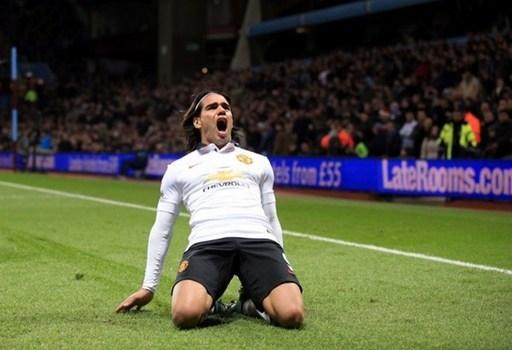Tiền đạo Radamel Falcao vỡ òa trong sung sướng khi quân bình tỷ số 1-1 cho Man Utd trong chuyến làm khách trên sân của Aston Villa.