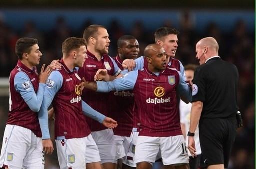 Các cầu thủ Aston Villa vây quanh trọng tài Lee Mason, sau khi Gabriel Agbonlahor nhận thẻ đỏ vì phạm lỗi thô bạo với Ashley Young trong hòa 1-1 trước M.U.
