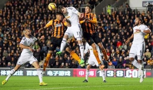 Trung vệ Federico Fernandez của Swansea đã vượt qua sự truy cản của bộ đôi bên phía Hull City, Abel Hernandez và Curtis Davies, trong một tình huống không chiến trên sân KC.