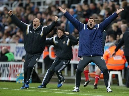 HLV Gus Poyet và người trợ lý Adam Johnson ăn mừng khi Sunderland giành chiến thắng muộn màng trên sân của Newcastle.