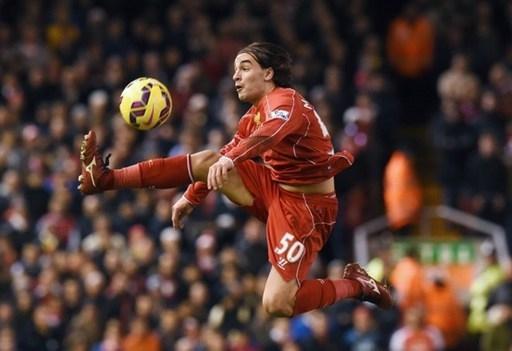 Tiền đạo trẻ Lazar Markovic của Liverpool khống chế bóng trong không trung ở cuộc tiếp đón Arsenal.