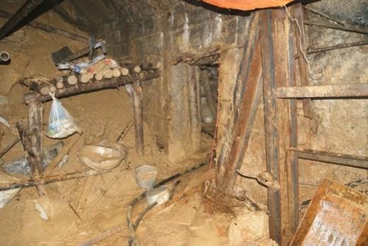 Để đưa 12 công nhân bị mắc kẹt trong đường hầm thủy điện Đạ Dâng (Lâm Đồng) ra ngoài, cùng với việc khoan để đưa ô xy, đồ ăn, nước uống vào bên trong, một ngách hầm cũng được lực lượng cứu hộ của Tập đoàn Than – Khoáng sản Việt Nam (TKV) đào ở phía bên phải vị trí sạt lở. Trong ảnh: Phía bên phải vị trí sạt lở là lối vào hầm cứu hộ do lực lượng cứu hộ của (TKV) thực hiện. Ngay cửa, những vật dụng phục cụ công tác đào hầm vẫn còn vứt lại ngổn ngang, gồm xô chậu xách đất, cuốc xẻng…