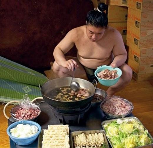 Cận cảnh bữa ăn của một sumo Nhật Bản.