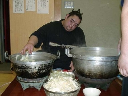 Các sumo Nhật Bản chỉ ăn hai bữa một ngày là bữa trưa và bữa tối vằ ăn kiểu lẩu.