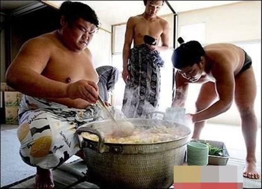 Món ăn của họ bao gồm thịt bò, cá, đậu nành, rau và nhiều món có hàm lượng dinh dưỡng cao. Sau bữa ăn, các sumo còn ăn thêm rất nhiều bánh ngọt và kem.