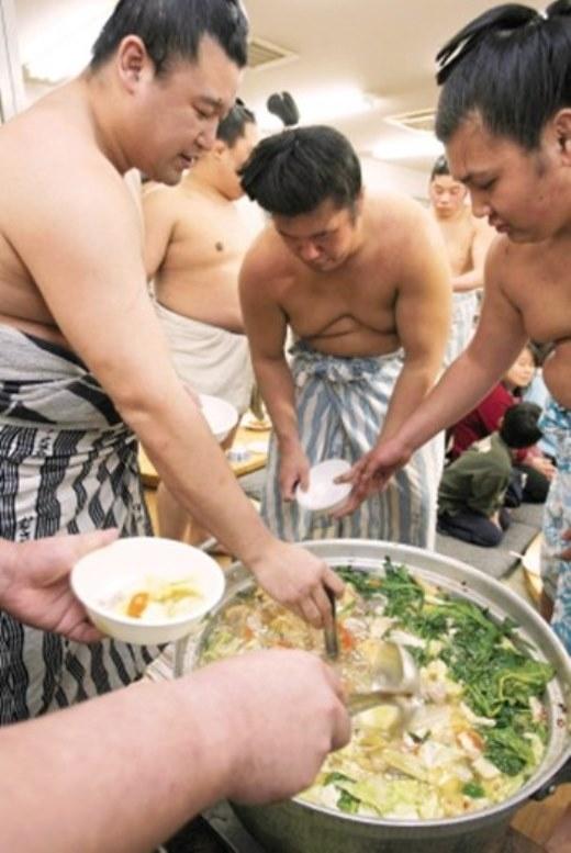 Một nồi canh khổng lồ của các sumo.