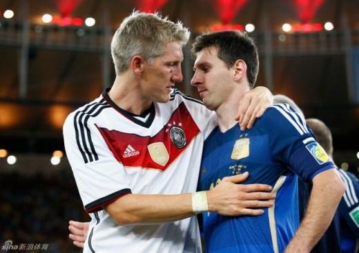 Ngày 13/7, Bastian Schweinsteiger ôm an ủi Messi sau khi Đức hạ Argentina trong trận chung kết World Cup.