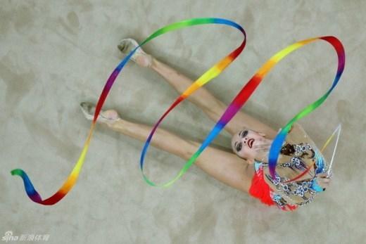 Tư thế uốn dẻo đẹp mắt của một VĐV thể dục toàn năng tại giải Olympic thanh niên mùa hè tại Nam Kinh, Trung Quốc vào tháng 8.