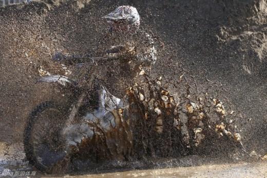 Một tay đua vượt đường lầy lội bùn đất trong cuộc đua mô tô tại bãi biển Weston, nước Anh vào tháng 10.