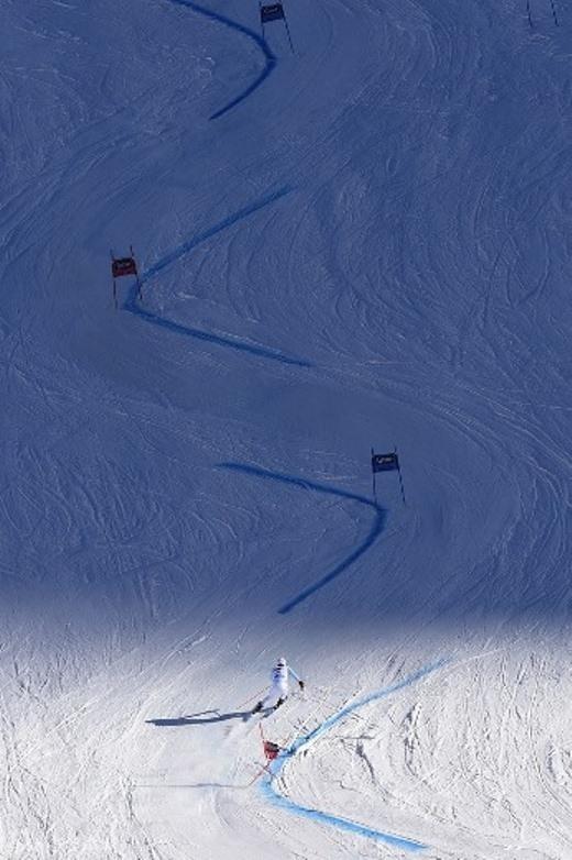 Một tay trượt tuyết đang thể hiện nội dung Giant Slalom (trượt tuyết hình chữ chi) trong giải vô địch trượt tuyết thế giới tại Áo tháng 10.