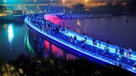 Cầu Ánh Sao là một trong những điểm đến vô cùng lung linh và lãng mạn mùa Giáng Sinh này