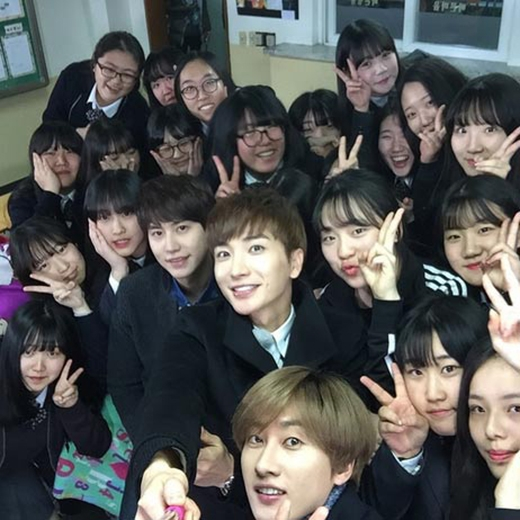 Kyuhyun, Leeteuk, Eunhyuk hào hứng khi được chụp hình cùng các học sinh. Leeteuk viết: 'Những học trò của tôi. trường hộc Bugae Girl, lớp 6, cấp 2...Học thật giỏi thậm chí các em trở thành tiền bối nhé. Giữ gìn sức khỏe'.