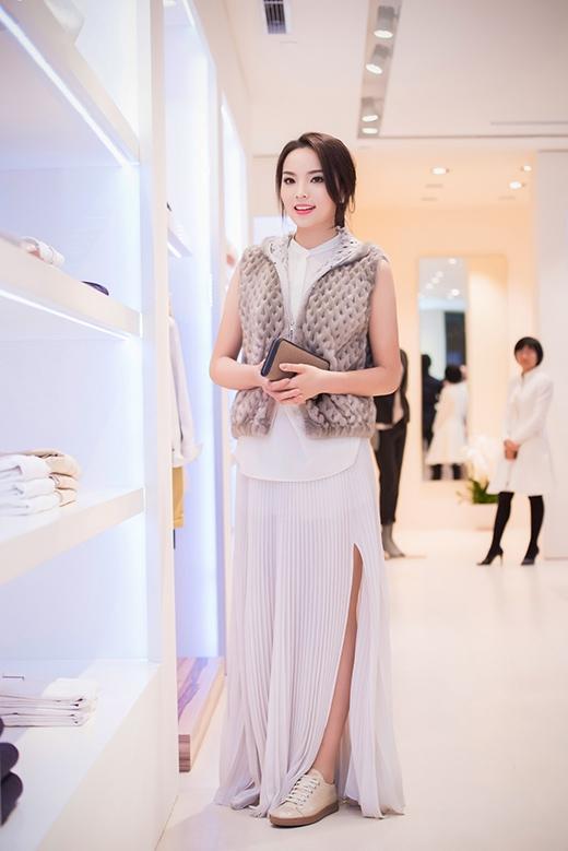 Cô xuất hiện trẻ trung, sành điệu với bộ trang phục hàng hiệu đắt tiền - Tin sao Viet - Tin tuc sao Viet - Scandal sao Viet - Tin tuc cua Sao - Tin cua Sao