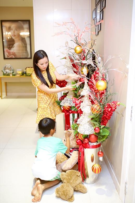 Hai mẹ con cùng nhau trang trí Giáng sinh cho căn nhà tiền tỷ sang trọng - Tin sao Viet - Tin tuc sao Viet - Scandal sao Viet - Tin tuc cua Sao - Tin cua Sao