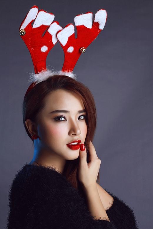 Không khí Noel càng rộn ràng hơn khi cô còn nhí nhảnh đội trên đầu chiếc mũ tuần lộc. - Tin sao Viet - Tin tuc sao Viet - Scandal sao Viet - Tin tuc cua Sao - Tin cua Sao