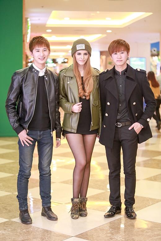 Cô nhí nhảnh chụp cùng nhóm nhạc trẻ Twins - Tin sao Viet - Tin tuc sao Viet - Scandal sao Viet - Tin tuc cua Sao - Tin cua Sao