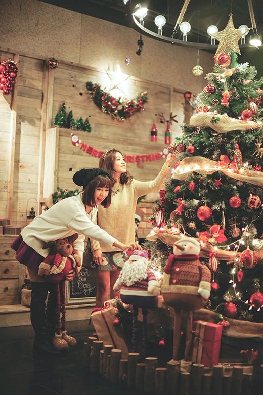 Min và Salim đều rất háo hức mong chờ đêm Giáng sinh