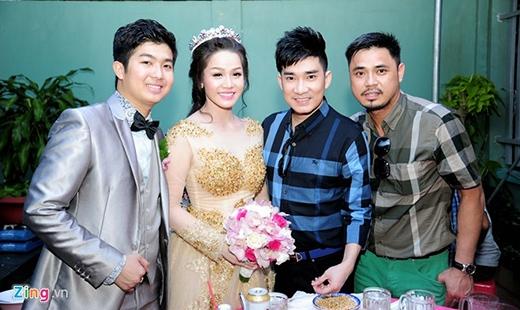 Mặc dù kẹt lịch diễn nhưng ca sĩ Quang Hà vẫn đến chung vui cùng người em Nhật Kim Anh trong ngày cưới. Liền ngay sau đó anh phải quay về Sài Gòn để tiếp tục công việc. - Tin sao Viet - Tin tuc sao Viet - Scandal sao Viet - Tin tuc cua Sao - Tin cua Sao