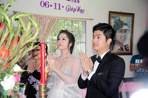 Cô dâu và chú rể thắp nén hương trước bàn thờ tổ tiên. - Tin sao Viet - Tin tuc sao Viet - Scandal sao Viet - Tin tuc cua Sao - Tin cua Sao