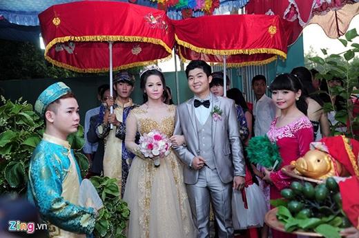 Không gian lễ cưới khá đơn giản.Theo tiết lộ của một số người thân trong gia đình Nhật Kim Anh thì số lượng khách mời tại tiệc cưới này là hơn 400 người. - Tin sao Viet - Tin tuc sao Viet - Scandal sao Viet - Tin tuc cua Sao - Tin cua Sao