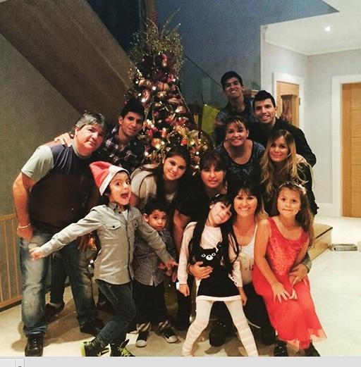 Aguero đón Giáng sinh bên bạn bè và người thân