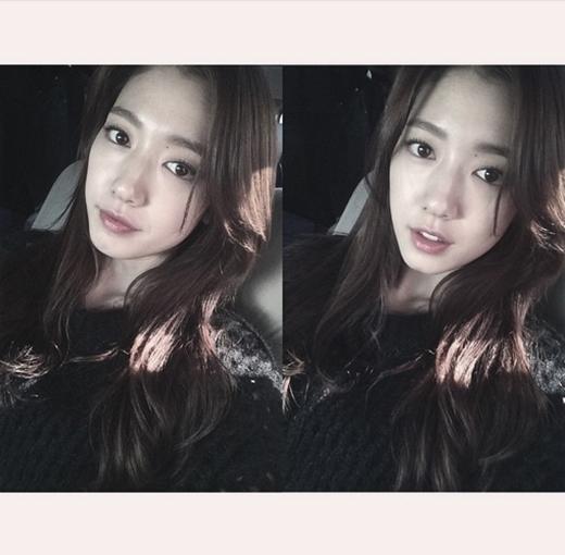 Park Shin Hye tạm nghỉ quay phim hôm nay để tham dự sự kiện, cô nàng chia sẻ: 'Hôm nay thay vì quay phim thì đi sự kiện họp báo The Tailors Chút nữa gặp các bạn nha. Mừng giáng sinh vui vẻ'