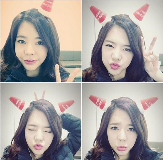 Sunny thích thú với chiếc nón noel cưc xinh và tạo đủ dáng khiến fan vô cùng thích thú
