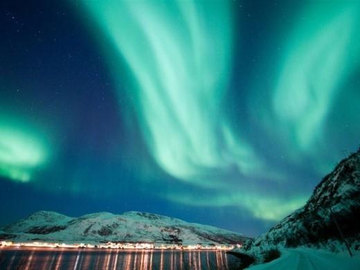 Hãy tới Na Uy trước tháng 4 và đi về phía Bắc để xem những quầng sáng lộng lẫy trên bầu trời. Bạn sẽ có cảm tưởng như đang đứng trong khung cảnh Elsa tới những ngọn núi và xây dựng lâu đài băng của mình.