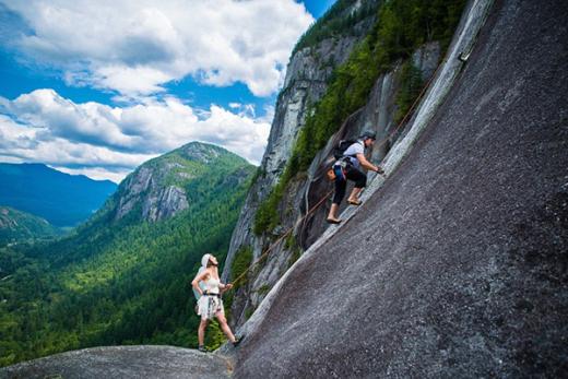 Theo Dailymail, cô dâu Jamie Alperin, 29 tuổi và chú rể David Lamb, 33 tuổi, đều có sở thích đặc biệt là leo núi mạo hiểm. Trong ngày cưới của mình, cả hai quyết định leo lên đỉnh núi đá Chief ở gần thị trấn Squamish, British Columbia, phía tây Canada, để làm lễ thành hôn.