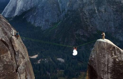Theo Daily Telegraph, một cặp đôi từ Canada đã mạo hiểm đu dây chụp ảnh cưới ở mõm đá Spire Highline nổi tiếng nguy hiểm tại Vườn quốc gia Yosemite ở California. Muốn qua được mõm núi đá, mọi người phải đánh đu dây thừng.