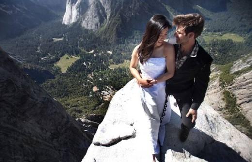 Để có được bức ảnh tuyệt đẹp này, cặp đôi đã phải đánh liều tính mạng. Đã có không ít người chết vì liều lĩnh leo lên đây, tuy nhiên đó không phải là lý do cản bước các cặp tình nhân ôm ước mơ chụp ảnh cưới độc lạ.