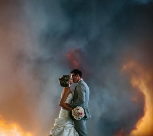 Sau khi bộ ảnh được đăng tải trên mạng xã hội đã được không ít những bình luận trái chiều. Một số ít phản đối cặp đôi vì vô tâm trước thảm họa, số khác lại cho rằng, cặp đôi đã quá mạo hiểm với tính mạng của chính mình vì chẳng ai có thể biết được, đám cháy có thể sẽ lan đến đâu.