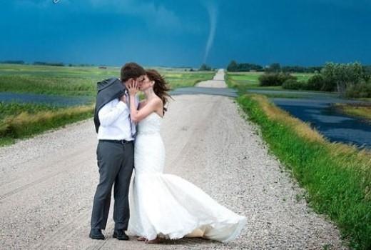 Theo ABC News, một cặp đôi người Canada đang chụp ảnh cưới thì bắt gặp cơn lốc xoáy phía sau lưng, họ mạo hiểm ghi lại sự có mặt của 'vị khách bất ngờ này', khiến người xem thích thú xen lẫn hồi hộp khi chiêm ngưỡng bộ ảnh. Chính Coleen Niska, nhiếp ảnh gia thực hiện bộ ảnh này cũng phải thốt lên đây là bộ ảnh tâm đắc nhất từ trước tới giờ của anh. Album trên page của Niska đã nhận được hơn 17.000 người like, hơn 13.000 lượt chia sẻ và hơn 1000 bình luận chỉ trong vòng chưa đầy 24 giờ.