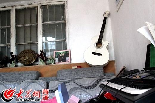 Từ lúc mẹ bệnh, Trương Hàm cũng không đụng đến âm nhạc nữa. Cây đàn guitar do bạn bè tặng cũng đã lâu không có ai chạm đến