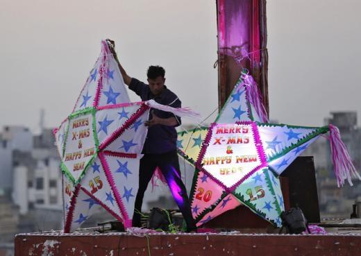 Một người đang trang trí trên nóc nhà thờ ở thành phố Ahmedabad, Ấn Độ. Ảnh: Reuters