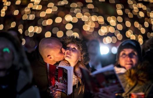Một cặp đôi bày tỏ tình cảm tại sân vận động Alte Foersterei, Berlin, Đức. Ảnh: Reuters